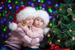 Cabritos en el sombrero de Santa en fondo festivo brillante Fotografía de archivo