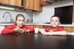 Cabritos en la cocina Imagenes de archivo