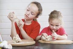 Cabritos en la cocina Diviértase desarrollo de un niño , la familia junto foto de archivo libre de regalías