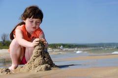 Cabritos en la playa para hacer castillos de arena Imagenes de archivo