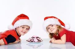 Cabritos felices con las galletas de la Navidad Fotos de archivo libres de regalías