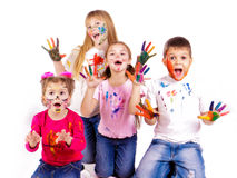Cabritos felices con las manos pintadas en pinturas coloridas Imagenes de archivo