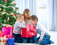 Cabritos felices con los regalos de la Navidad Fotos de archivo