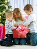 Cabritos felices con los regalos de la Navidad Imagenes de archivo