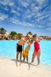 Cabritos felices en la piscina Foto de archivo