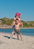 Cabritos felices en la playa imagenes de archivo