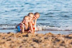 Cabritos felices en la playa Fotos de archivo