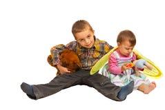 Cabritos felices que se sientan en suelo Imágenes de archivo libres de regalías