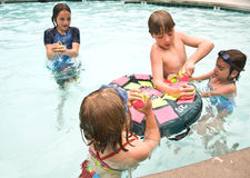 Cabritos listos para jugar al juego de la piscina Imagenes de archivo