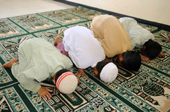 Cabritos musulmanes que ruegan fotos de archivo libres de regalías