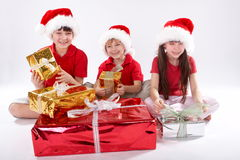 Cabritos que abren los regalos de la Navidad Imagen de archivo libre de regalías