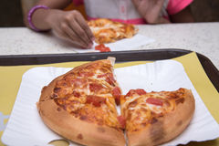 Cabritos que comen la pizza Imagen de archivo libre de regalías