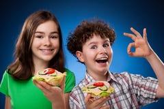 Cabritos que comen los emparedados sanos Fotos de archivo