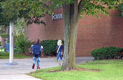 Cabritos que entran escuela imagen de archivo libre de regalías