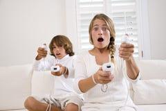 Cabritos que juegan al juego video Fotografía de archivo libre de regalías