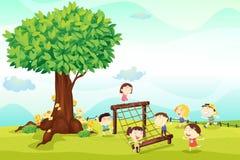 Cabritos que juegan bajo un árbol Foto de archivo