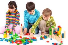 Cabritos que juegan con los bloques Fotografía de archivo libre de regalías