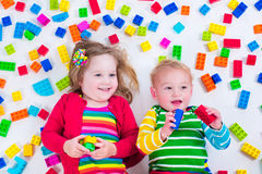 Cabritos que juegan con los bloques coloridos Imagen de archivo