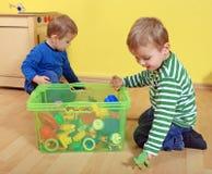 Cabritos que juegan en jardín de la infancia imagen de archivo libre de regalías