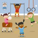 Cabritos que juegan en la gimnasia de la escuela Imagen de archivo libre de regalías