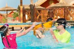 Cabritos que juegan en la piscina Fotos de archivo