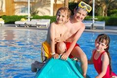 Cabritos que juegan en piscina Fotografía de archivo