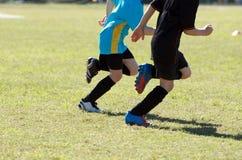 Cabritos que juegan a fútbol Fotos de archivo