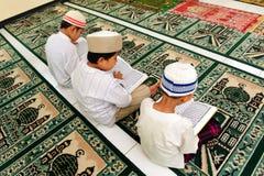 Cabritos que leen Koran foto de archivo libre de regalías