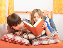 Cabritos que leen un libro Fotos de archivo