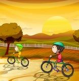 Cabritos que montan la bicicleta Imágenes de archivo libres de regalías