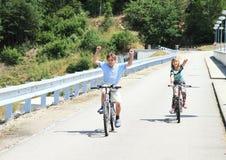 Cabritos que montan las bicis foto de archivo libre de regalías