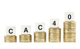 CAC 40 (índice de la parte de la bolsa de acción de París) en las pilas de la moneda de oro aisladas en blanco Imagen de archivo
