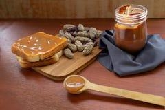 Cacahuetes con mantequilla del pan y de cacahuete en un tarro fotografía de archivo libre de regalías