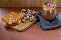 Cacahuetes con mantequilla del pan y de cacahuete en un tarro imágenes de archivo libres de regalías