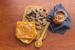 Cacahuetes con mantequilla del pan y de cacahuete en un tarro imagenes de archivo
