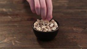 Cacahuetes crudos en la cáscara almacen de metraje de vídeo