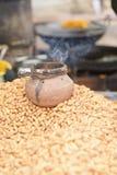 Cacahuetes crudos en mercado indio fotografía de archivo libre de regalías