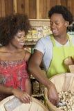 Cacahuetes de compra de la mujer afroamericana en el supermercado fotos de archivo
