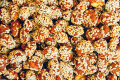 Cacahuetes en caramelo con las semillas de sésamo Imagenes de archivo