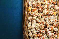Cacahuetes en caramelo con las semillas de sésamo en una caja Imágenes de archivo libres de regalías