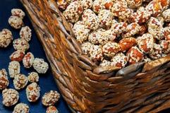 Cacahuetes en caramelo con las semillas de sésamo en una caja Foto de archivo libre de regalías