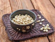 Cacahuetes en el plato Foto de archivo libre de regalías