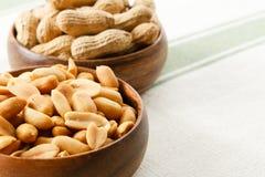 Cacahuetes en los tazones de fuente de madera Imagen de archivo