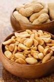 Cacahuetes en los tazones de fuente de madera Imagen de archivo libre de regalías