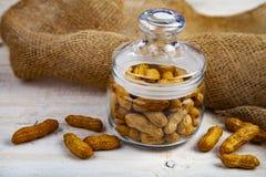 Cacahuetes en un tarro de cristal cerrado imagen de archivo libre de regalías