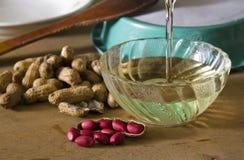 Cacahuetes y aceite de mesa del cacahuete imagen de archivo libre de regalías
