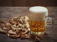Cacahuetes y cerveza Imagenes de archivo