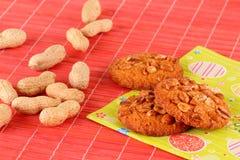 Cacahuetes y galletas de harina de avena secados Imágenes de archivo libres de regalías