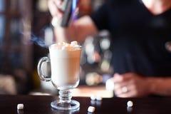 Cacao avec la guimauve Le barman fait le cocktail au coun de barre Image stock