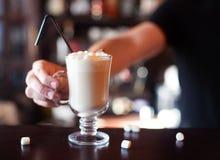 Cacao avec la guimauve Le barman fait le cocktail au coun de barre Images stock